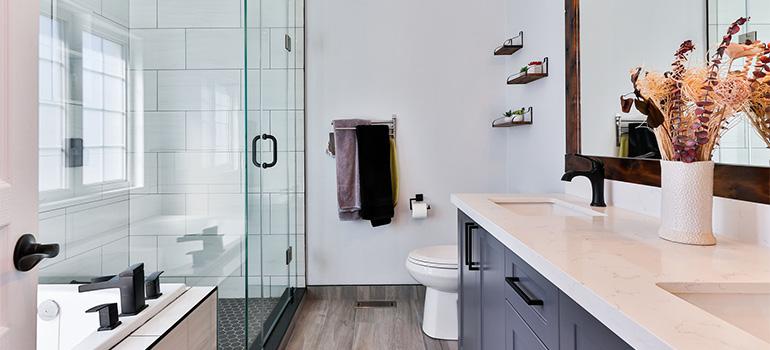 A nice and tidy looking bathroom