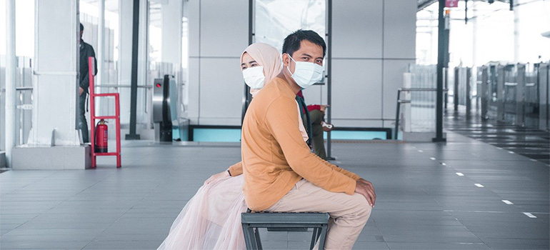 People with masks who know how to prepare for moving during COVID-19