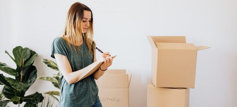 Woman planning the move after learning how self-organization makes relocation easier
